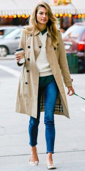 Cómo combinar una gabardina beige con unos vaqueros desgastados azules (6 looks de moda) | Moda para Moda para mujer