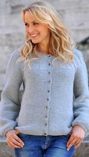 Strikkeopskrift på blød trøje i smuk lysegrå farve Strik til alle aldre   Lækre strikkeopskrifter på feminint, elegant, lunt strik  Håndarbejde