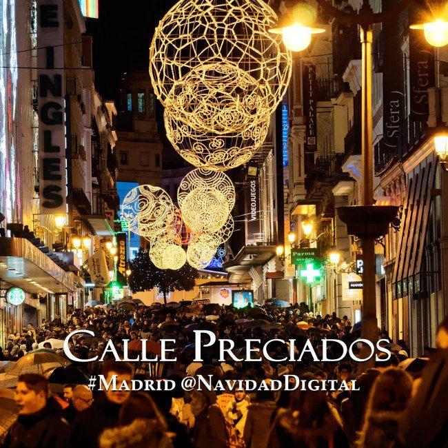 Calle Preciados, en el centro de Madrid, esta Navidad 2014 abarrotada de gente como de costumbre un fin de semana. Las luces navideñas son las mismas del año pasado
