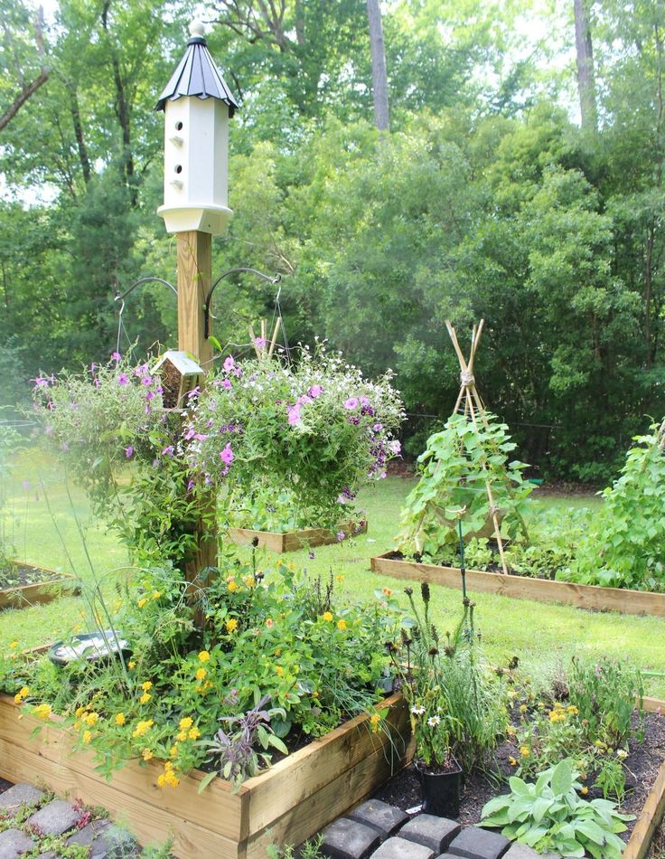 Easy Tips and Ideas for How to Create a Bee Garden | The Everyday Home | everydayhomeblog.com