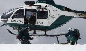Un montañero con una pierna rota, rescatado en pleno temporal en el Pico del Lobo. La Guardia Civil le bajó con un sistema de cuerdas hasta ...