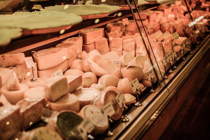 Caciotte, Pecorini, Formaggi erborinati e fresche prelibatezze.. la scelta al nostro banco formaggi è ardua ma siamo qui per aiutarvi..    #peck #peckmilano #cheese #shop
