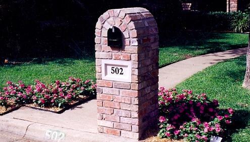I want a bricked mailbox!! Classy ;)