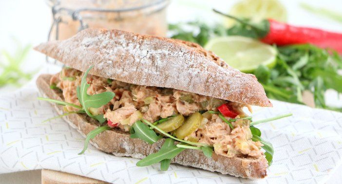 Lekker op brood, toast of bij de borrel, dit recept voor pittige tonijnsalade met limoen en rode peper maak je makkelijk zelf. Smeerbare salade tonijn.