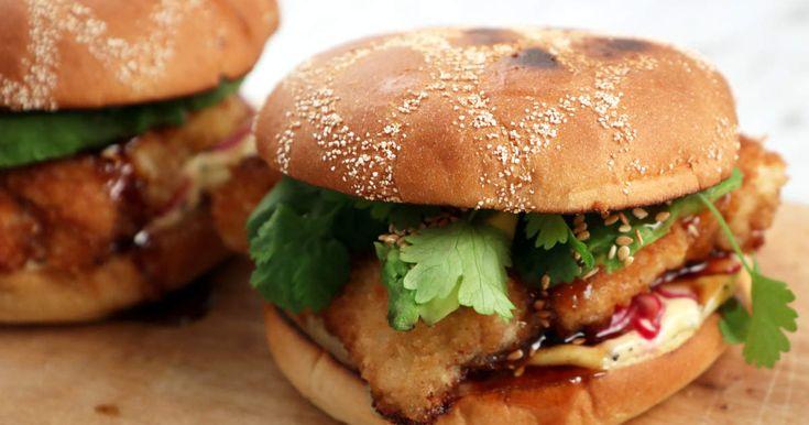 Pankopanerad kycklingburgare med pepprig majonnäs, avokado, koriander och hoisinsås. Perfekt fredagskäk!