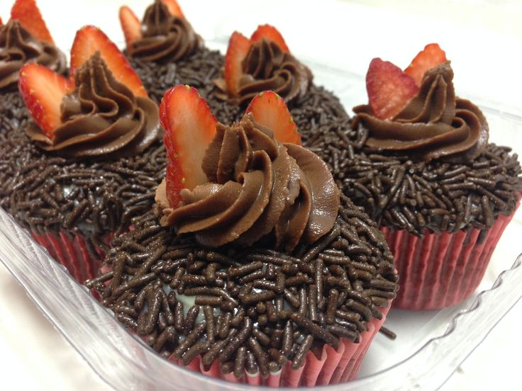 Os queridinhos voltaram!! Com a fruta da estação, os Cupdeiros ganharam cara nova! Cupcake de chocolate, com recheio de brigadeiro gourmet branco e cobertura de ganache preto com morango!!!  #My Cake #MariaClaraCake #LourdinhaCake #BelinoCake #DoSeuJeito #Encomende #Saboreie #EuQuero #Deliciosos