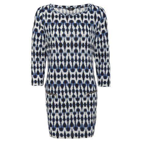 Geometriai mintás ruha, ami ideális irodai viselet. Hűvös időben párosítsd kardigánnal vagy blézerrel.