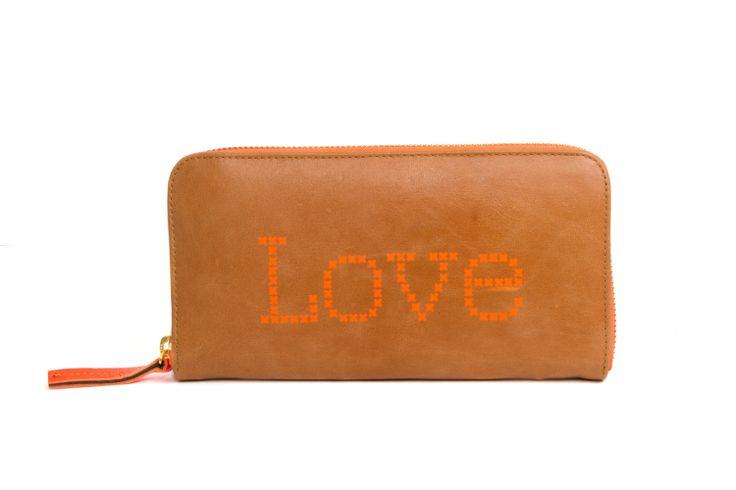 """Love - Portemonnee van cognac leer, met de tekst """"Love"""" in neon oranje.  Paarse voering met witte sterren."""