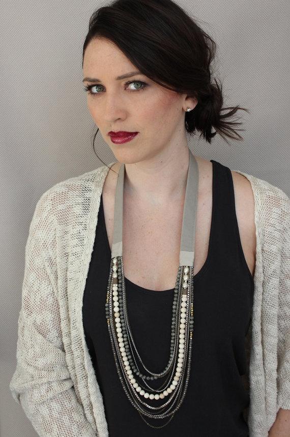 Collier Long  en tissu et perles - Kaki et ivoire. $194,00, via Etsy.