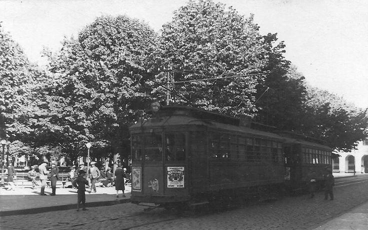 Vista de un tranvía en la Plaza de Armas de la ciudad de Talcahuano en 1930.