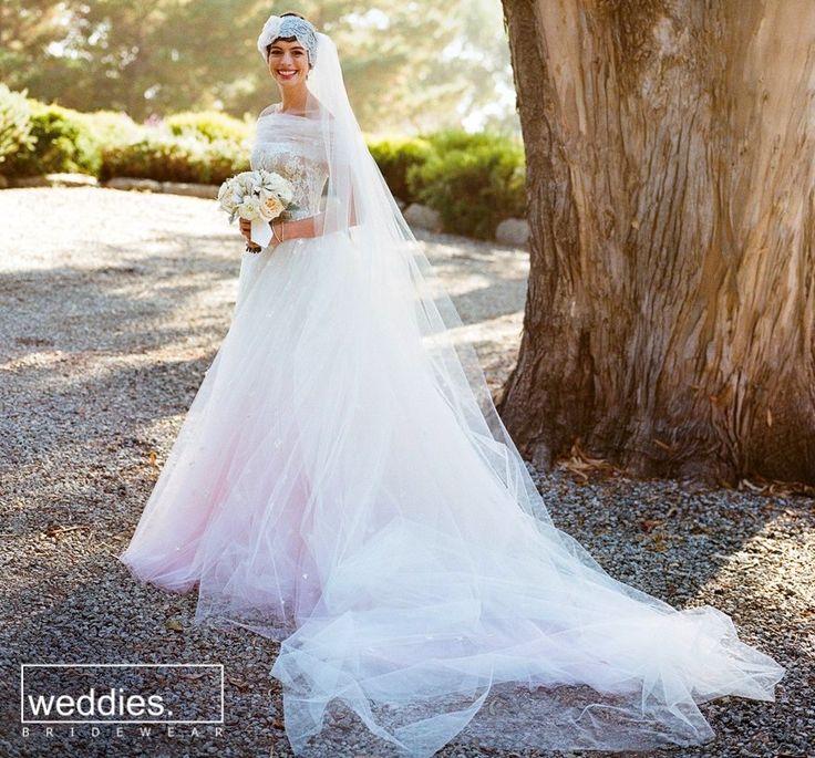 Bir çok gelin adayımıza ilham kaynağı olan ünlülerimizden, pembe tonlarının da kullanılarak özel olarak hazırlandığı Valentino gelinliğiyle Anne Hathaway ✨ Lovely and inspiring Anne Hathaway in a gorgeous white-pink custom Valentino wedding gown ✨