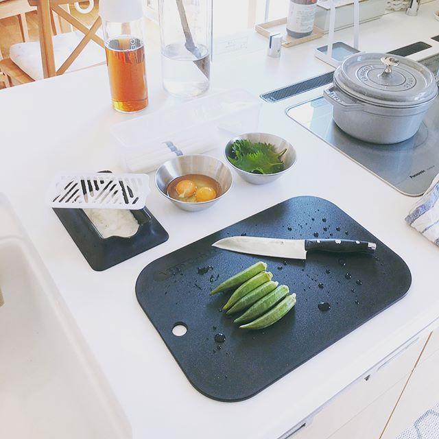 Instagram media by sunko.haus - 先月の楽天ポイントで交換したこのvitacraftのまな板。いままでのまな板は何やったんや!ってぐらいめっちゃいいです⑅︎◡̈︎ ちゃんとした手入れが出来もしないのに木のまな板は使ったらダメですねw カビ生えました😂不衛生極まりないですね笑  これなら食洗機OK、ソフトな刃あたり、切るときやかましくない、軽い、適度な弾力、場所取らない、抗菌!!満点💯です☆  こちらも楽天roomに載せておきます❤️ さ、お昼はネバネバそうめん頂きます( •̀ᴗ•́ )و ̑̑ #暮らし#くらし#暮らしの道具#北欧#北欧インテリア#vitacraft#ビタクラフト#まな板#oxo#柳宗理#そうめん