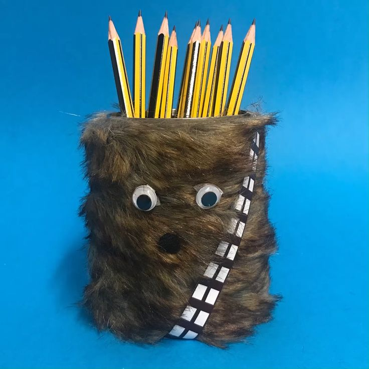DIY Chewbacca Pencil Pot - Easy Star Wars Craft Looking for Star Wars Day craft ideas? Star Wars Crafts, Star Wars Decor, Star Wars Day, Star Wars Kids, Space Crafts For Kids, Star Wars Art Projects For Kids, Star Wars Zimmer, Star Wars Classroom, Easy Crafts