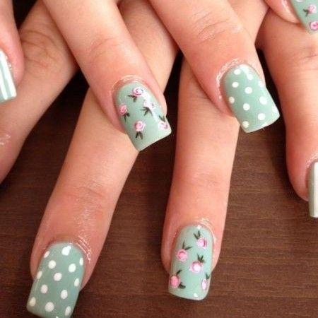 Preciosas uñas en verde agua marina adornadas con lunares blancos, líneas  blancas, y diseños