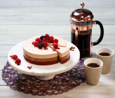 En underbart god och vacker kaffe- och chokladtårta i tre lager framtagen av Svenska Kocklandslaget. Kombinationen av choklad och kaffe i tårtan är fantastisk och vi lovar att den här blir en favorit såväl på fikabordet som på födelsedagsfirandet, dessutom passar den alla glutenallergiker eftersom den är helt glutenfri.