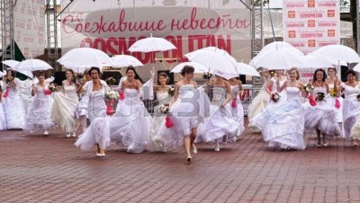 アクションは、«コスモポリタンの暴走花嫁» - 七年に費やされた長距離の規模のflashmob。ロシア、サンクトペテルブルク ストックフォト - 13337910
