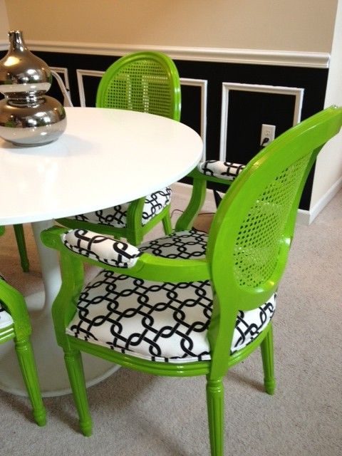 what a nice combination: Colors Combos, Formal Dining Rooms, Black And White, Plastic Chairs, Design Interiors, White Fabrics, Black White, Green Chairs, Wicker Chairs