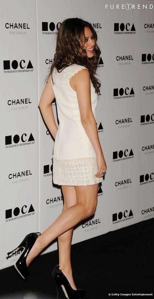 En robe courte et blanche, l'actrice Mila Kunis flatte son corps de rêve.