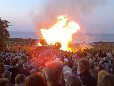LYRICS for 'Vi Elsker Vort Land' (We Love Our Country) the traditional Midsummer/Sankt Hans Aften song you sing around the bonfire as you send your witch to Bloksbjerg. Learn those lyrics! This is one of Denmark's patriotic songs that most Danes know; it was written in 1887 by Holger Drachman.