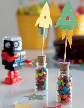 A criançada que gosta de robôs e foguetes pode fazer uma festa no tema geek. Criação da designer Estéfi Machado