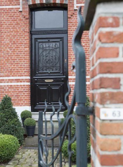 Voordeur geschilderd in hoogglans lak in antraciet, zwart, grijs, nachtblauw. Kleur: OB 2-A van Colora de Verfwinkel. Kleuradvies of inspiratie nodig? http://www.colora.nl/nl-NL/winkels/NEDERLAND/Noord-Brabant/COLORA-UDEN