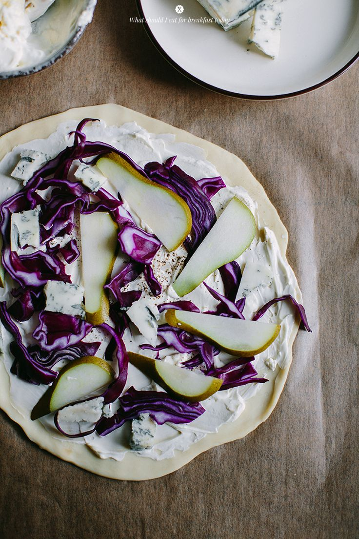 Flammkuchen with pear, blue cheese and red cabbage / Marta Greber