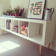 Ikea hack: expedit bookcase with staibed legs from Bunnings makes for a lovely low shelf. Zwei davon, Rücken an Rücken und eine Holz / Glas Platte darauf