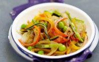 Voici une recette rapide à réaliser du wok de légumes à la sauce soja du chef Cyril Lignac.