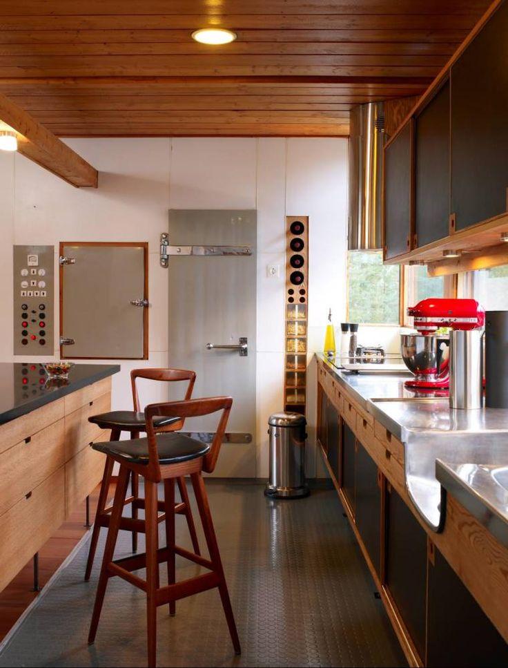 I enden av kjøkkenet er døren til kjølerommet samt brytertavle for lys, varme, tørkeskap og vifter.Vin- og krydderhyllen