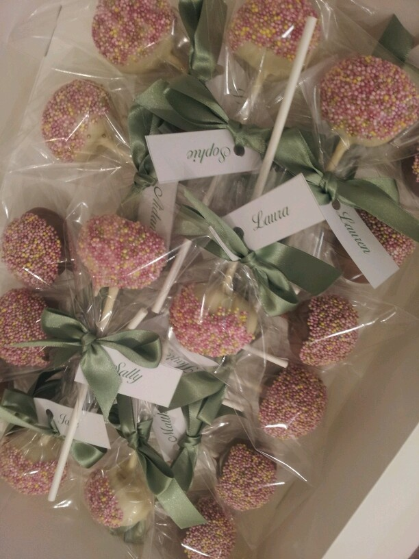 What better to accompany a beautiful cake then beautiful little cakes to take away #WedgwoodWeddings