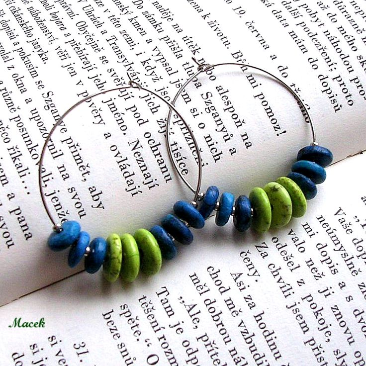 Kruhové+náušnice+1+Kruhové+náušnice+z+rondelek+zeleného+stabilizovaného+tyrkysu+a+modrého+howlitu,+které+jsou+doplněny+drobnými+korálky+v+barvě+stříbra.+Průměr+kruhu+3,5+cm,+zapínání+na+očko.