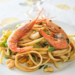 Linguine Pasta with Zucchini Flowers, Zucchini and Shrimp: quick to cook, light and full of flavor [in English and Italian]