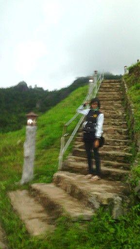 Yes, it's blur. Tapi momen pengambilan gambarnya yang susah. Diburu buru karena mau hujan gede. Bahkan dibelakangnya udah mulai turun kabut