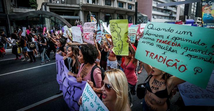 """Manifestantes participam da 3ª Marcha das Vadias, que acontece na avenida Paulista, região central da cidade de São Paulo. O tema desta edição é """"Quebre o Silêncio"""". O movimento pretende incentivar que as mulheres que sofrem violência sexual denunciem seus agressores"""