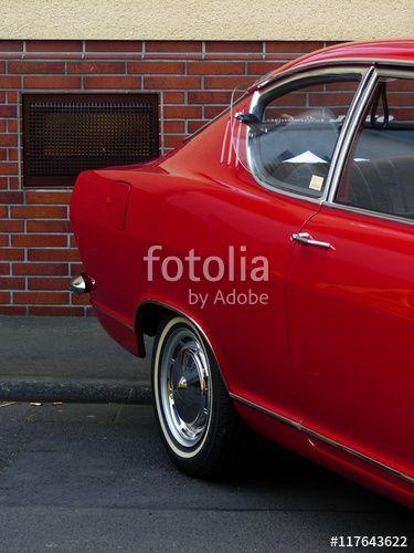 Rotes Opel Kadett Coupé der Sechzigerjahre vor brauner Klinkerfassade mit Kellerfenster in Wettenberg Krofdorf-Gleiberg bei Gießen in Mittelhessen