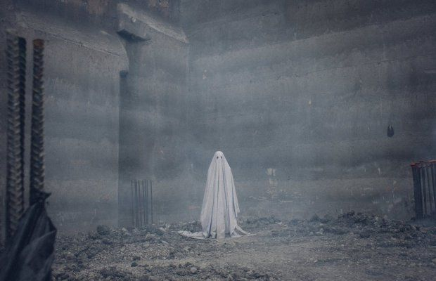 Casey Affleck Proves a Ghost Under a Sheet is Still Scary - Bloody Disgusting!