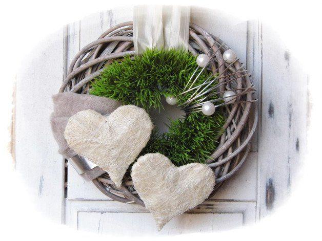 **Wir bieten Ihnen einen tollen Türkranz zum Kauf an.** _- Dekoriert ist der Weidekranz mit einem daraufliegendem künstlichen-Gras-Kranz die verschönert wurden mit Filz, Perlen, Schleifenband,...
