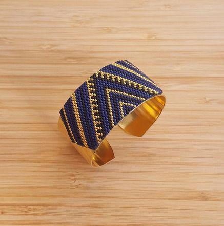 Bracelet Manchette Jonc en laiton doré à l'Or fin 24 carats et Perles de verre Miyuki cousues main.   Couleurs: Bleu Nuit, Noir Mat, Plaqué Or 24 carats  Largeur : 30 mm   - 19117111