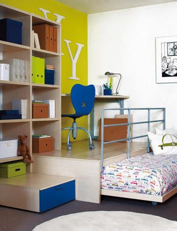 I love this room!  Such a different and fun idea to have the desk space up and the bed underneath.  This site actually has a lot of good ideas for small spaces.  Text of website in spanish.
