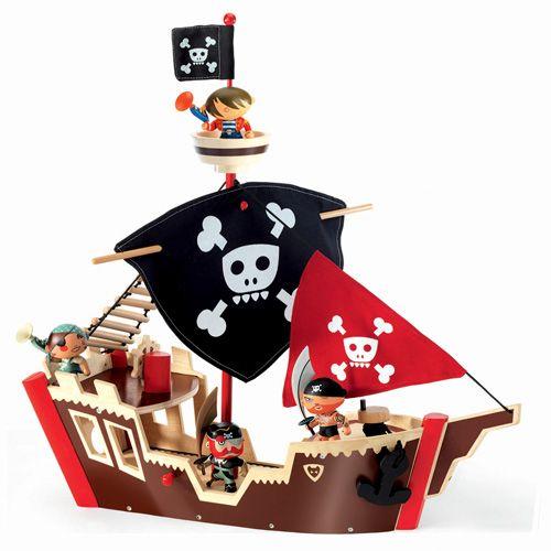 Ένα παιχνίδι μίμησης από την γαλλική εταιρείαdjeco.  Είναι κατασκευασμένο από μασίφ ξύλο καουτσουκόδεντρου  και ζωγραφισένο με μη τοξικά χρώματα.  Περιλαμβάνονται η άγκυρα, η ανεμόσκαλα, το σιστίο,  και η σημαία.  Κατάλληλο για παιδιά από 4 ετών.