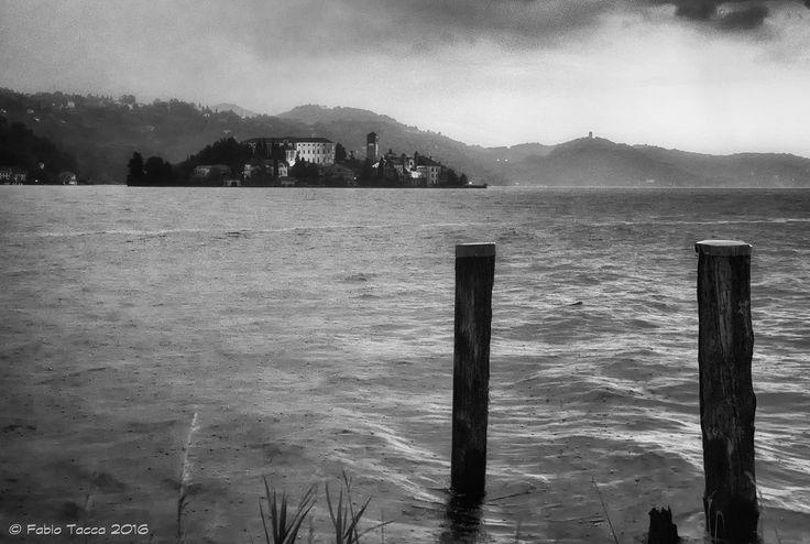https://flic.kr/p/JDfxeD | senza far rumore | Sotto la pioggia: l'Isola di San Giulio vista da Pella