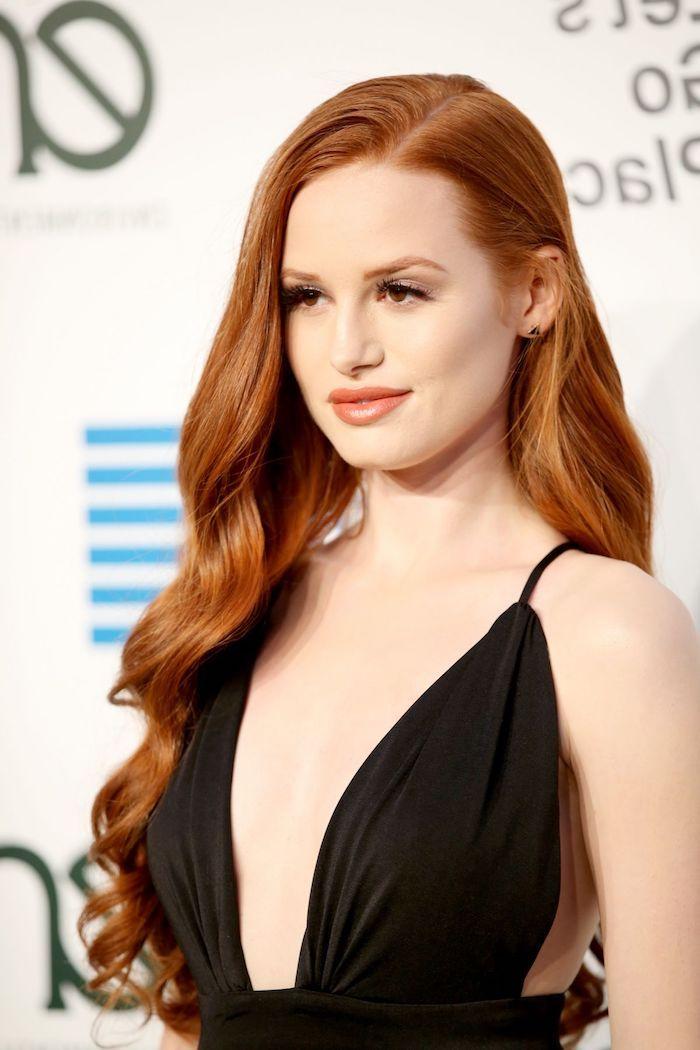 coloration roux, femme avec robe noire, yeux marron et cheveux orange, maquillage smoky yeux, coiffures avec boucles