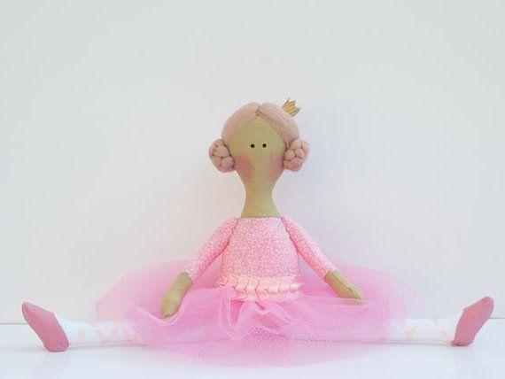 Questa bella bambola è un dono prezioso, a mio parere, lei è vestita in un abito bellissimo tutù rosa e pointe scarpe e vuole essere tra la