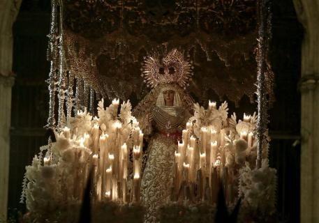 Espectaculares imágenes de la estación de penitencia de las hermandades de la Madrugada en la Catedral de Sevilla