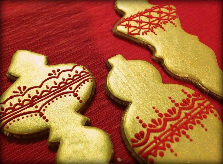 Christmas bauble cookies - golden with red ornaments