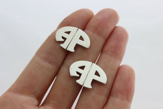 These oval monogram Cuff links, handmade with sterling silver. Is made to order in the initials you want. The letters are handmade one by one. They are the perfect gift for: Graduations, Fathers Day, Anniversary , For wedding and Christmas.  Details: 22 millimeters long 15 millimeters wide