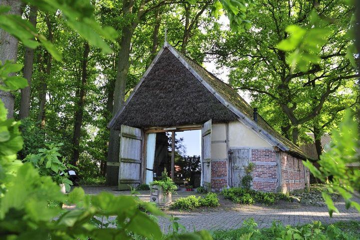 Bij een oude boerenhoeve in Hezingen kun je nu ook nostalgisch overnachten in een echte Schaapskooi!