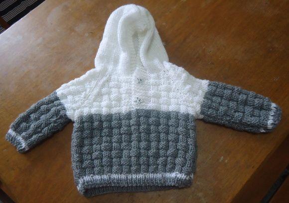 Casaco de tricô com capuz infantil feita de lã mescla azul. Com botão de cachorrinho.