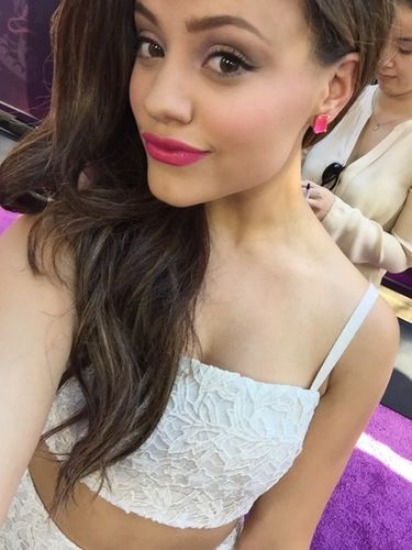 Sarah Jeffery snapped a totally glam selfie at the Descendants premiere! Her summery style and pink lipstick really popped on the purple carpet!