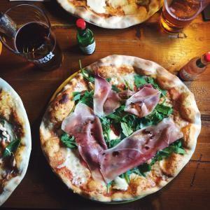 Classic Italian Toppings: Ideas for Homemade Pizza: Pizza prosciutto crudo e rucola: Pizza with Prosciutto and Fresh Arugula